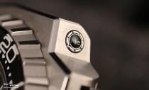 Erstmals verbaut Omega im Jahr 2009 ein integriertes Heliumventil bei der Ploprof und spendiert der Uhr ein mehrteiliges Gehäuse