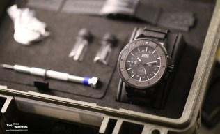 """Die Oris """"Force Recon GMT"""" (Ref. 01 747 7715 7754-Set) wird im olivegrünen Koffer mit Wechselwerkzeug und Kautschukband geliefert"""