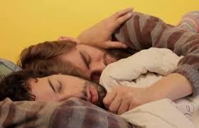 93% dos homens héteros que responderam a este estudo disseram já ter dormido de conchinha com outro cara