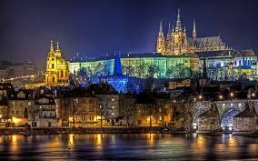 """Praga em checo Praha, é a capital e  maior cidade da República Checa, situada na margem do Vltava. Conhecida como """"cidade das cem cúpulas"""", Praga é um dos mais belos e antigos centros urbanos da Europa, famosa pelo extenso patrimônio arquitetônico e rica vida cultural."""