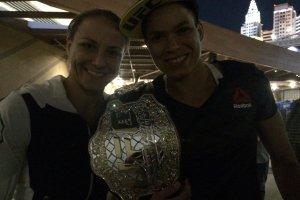 Baiana homenageou a namorada Nina Ansaroff em coletiva de imprensa pós-UFC200