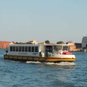 Transporte en Venecia: Barco de la compañía Alilaguna