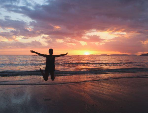 Salto con el Sunset de Ao Nang de fondo