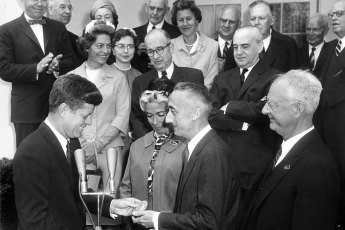 President John F. Kennedy presents the National Geographic Society's Gold Medal to Jacques-Yves Cousteau on April 16, 1961. M. Cousteau is accompanied by his wife, Simone (Melchior) Cousteau (1919-1990). Photo: Robert Knudsen | White House Photographs | John F. Kennedy Presidential Library and Museum (Public Domain)