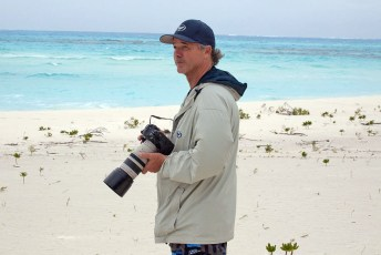 Wyland views plastic on Midway Atoll. Photo by Bonnie L. Campbell | USFWS (Creative Commons)