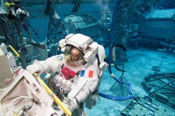Expedition 50/51 crew members Peggy Whitson and Thomas Pesquet of ESA underwater during a suited run for ISS EVA Maintenance 7 (Battery) training. Photo by Bill Brassard | NASA | NBL (Public Domain)