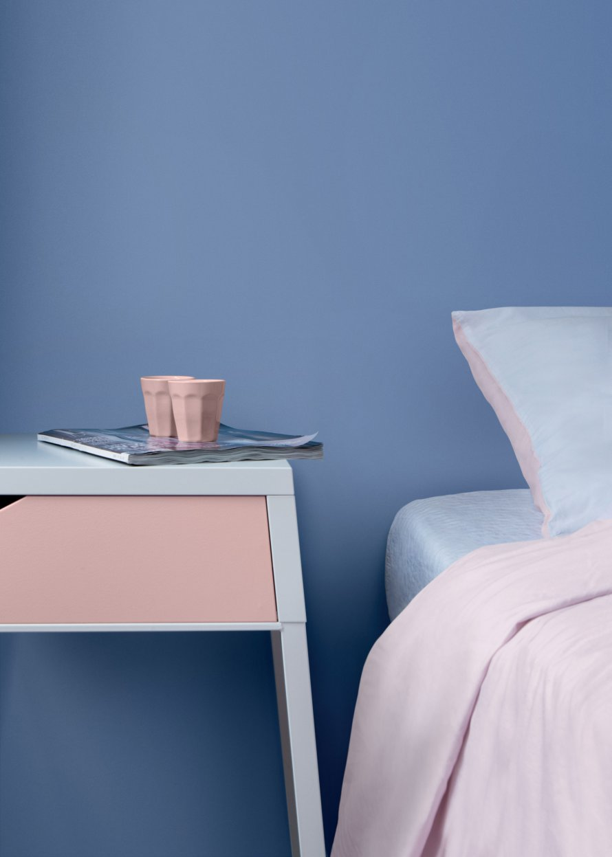 rosa cuarzo y azul serenity para decorar el dormitorio
