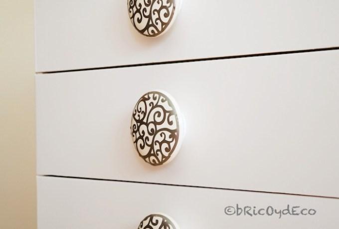 decorar con vinilo efecto acero los pomos de un mueble