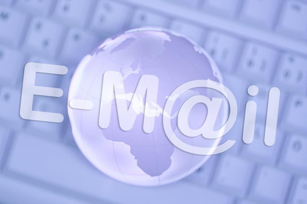 Palavra e-mail escrita sobre um teclado