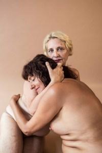 Dues de les protagonistes del reportatge s'abracen seminues.