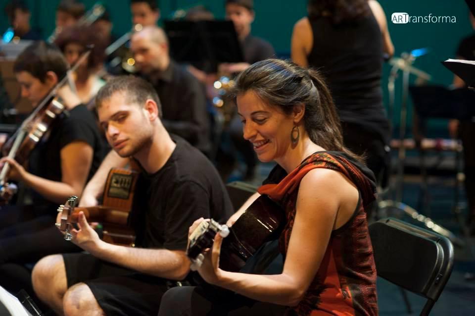 Dos dels integrants de l'Orquestra Inclusiva durant un concert al Mercat de les Flors