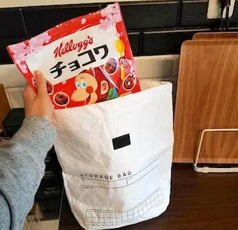 シリアルの袋を100均の保冷袋に入れる