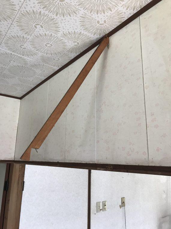 吊り下げられている棚をバールで撤去した後