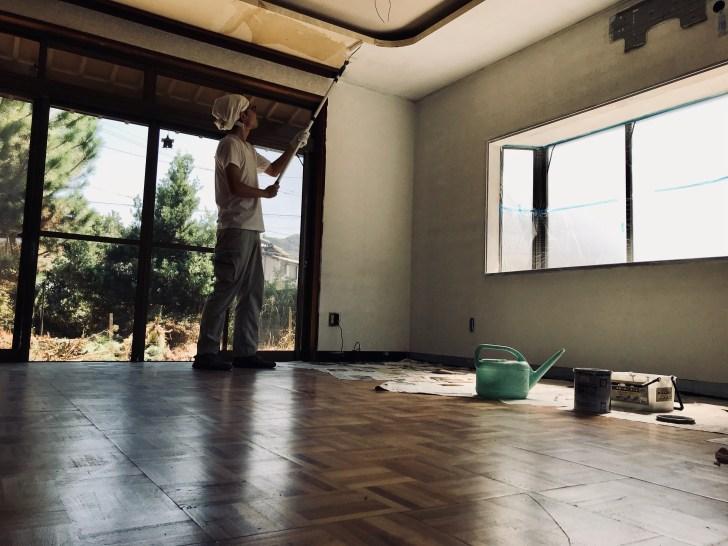 天井にペンキを塗る