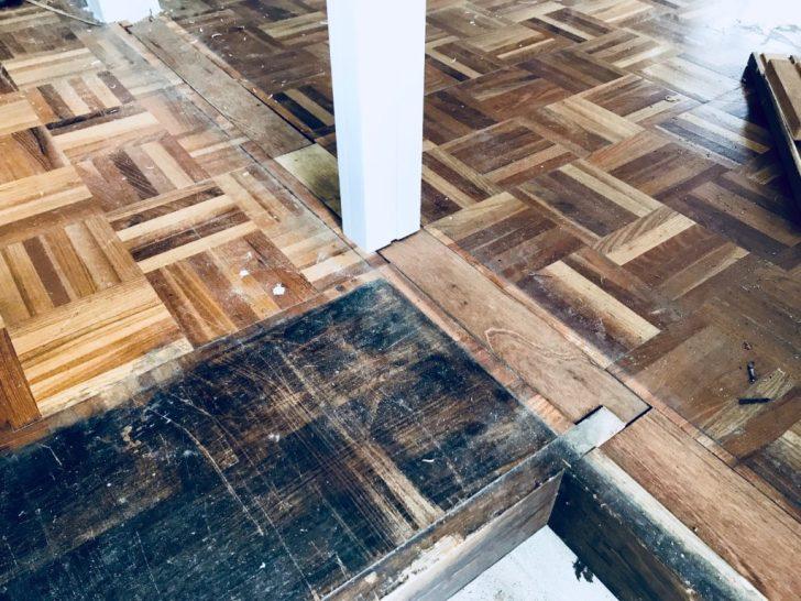 壁を撤去した跡の隙間を木材で蓋をする