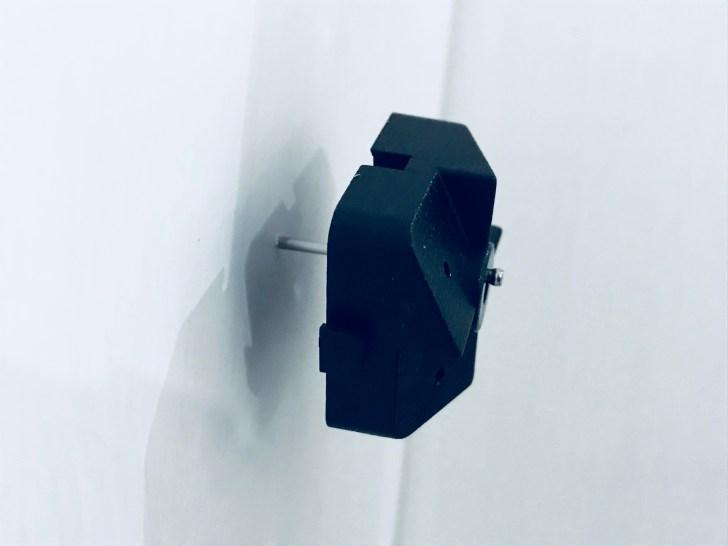 印をつけた部分に石膏ボード用有孔ボード止め具を付ける準備