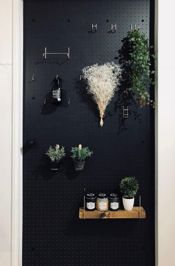 有孔ボード用フックに観葉植物を飾る