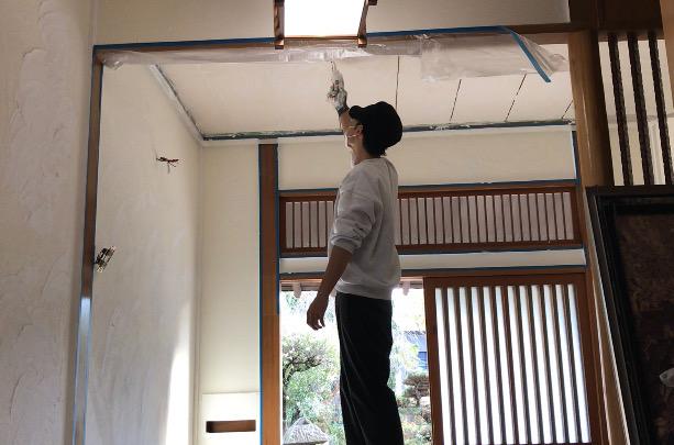 天井の隙間をジョイントコークで埋める
