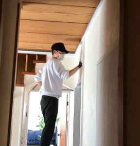 柱の上に漆喰を塗る