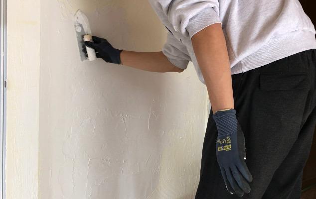 漆喰を左官コテで滑らかに仕上げる