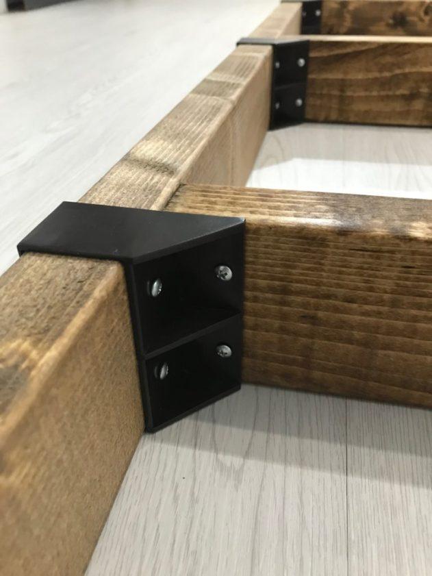2×4材に取り付けた棚を付属のネジで固定