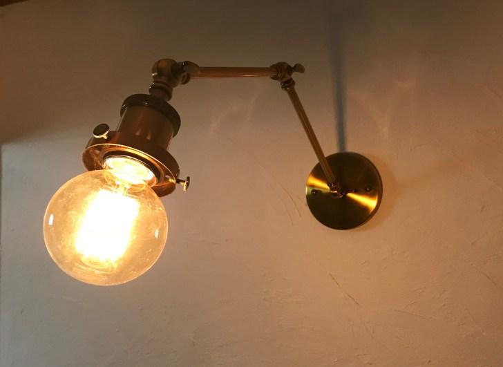 玄関に新しく取り付けたエジソンライト