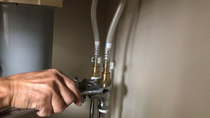 水栓とつながっているホースのナットを緩める