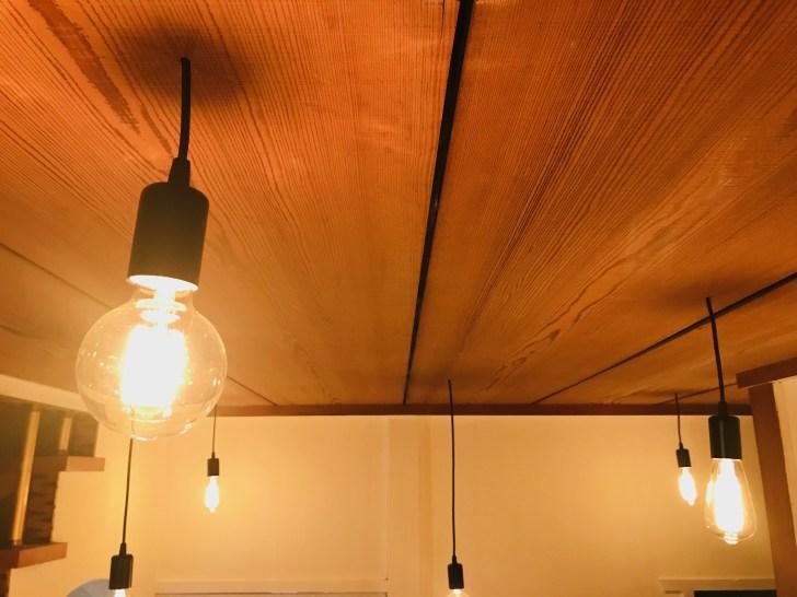 天井から吊り下げライトを吊り下げる