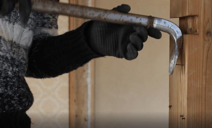 柱についていた釘をバールやカナヅチを使って取り除く