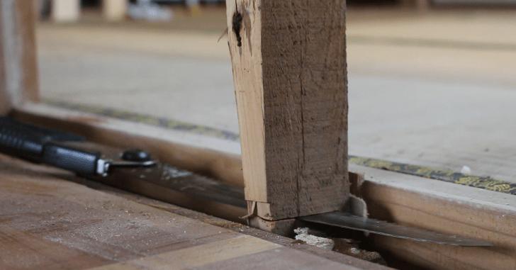 壁の内側にある間柱をノコギリで切断