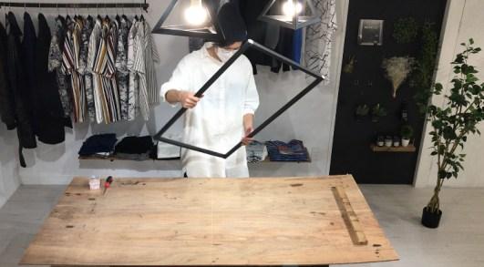 カウンターテーブルの脚になるアイアン塗装した角材を固定