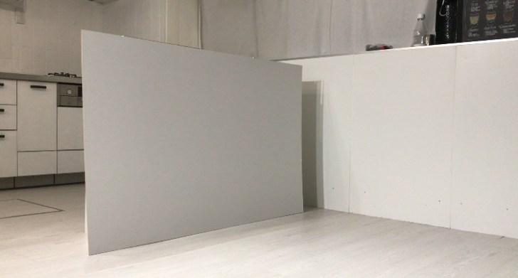 カラーボックスにベニヤ板を立てかける