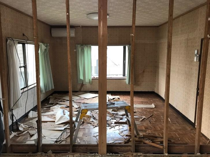 和室の砂壁を壊して部屋を繋ぐ
