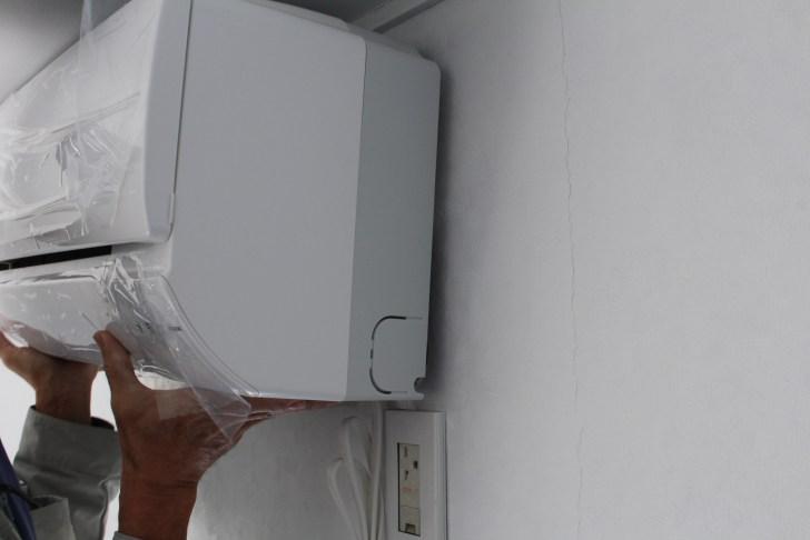 エアコンの管類を穴に通して取り付ける