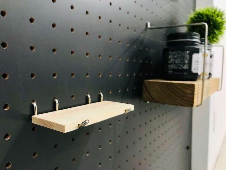 100均の有孔ボードに取り付けるパーツ「板付きシェルフスルー」