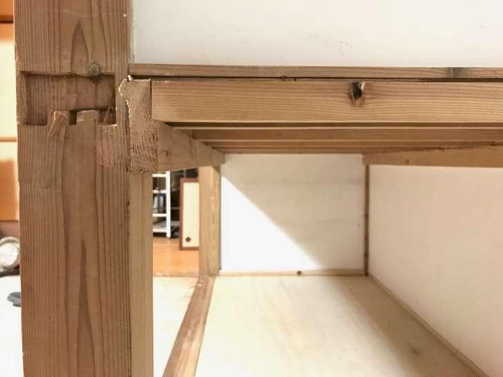 押入れの敷居の裏にある板の切断面