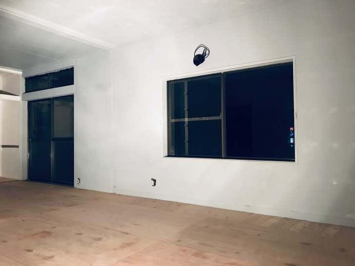 ネジ頭の錆にじみを防ぐためにパテをした箇所を、同じ塗装のグレーで塗装し終わった壁