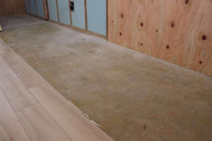 クッションフロアを剥がし終わった後の床