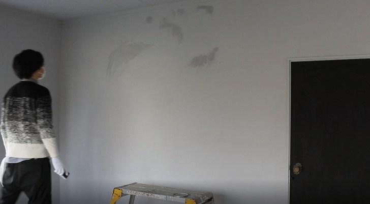 グレー塗装した壁をモルタル風に塗装したが失敗