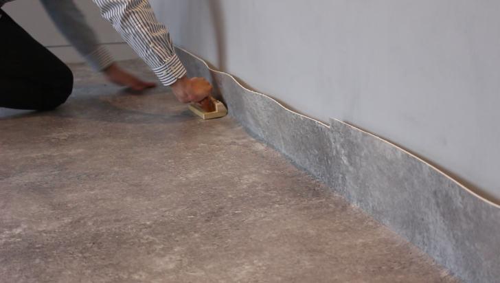 ぴったりカッターを壁に押し付けるようにしながらゆっくりスライドさせる