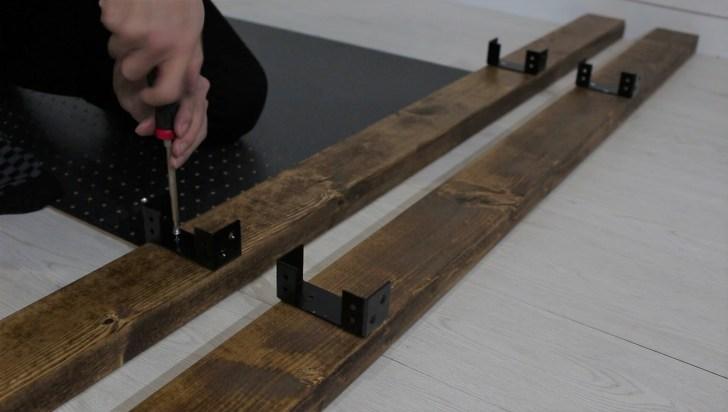 2×4材専用の金具を取り付ける
