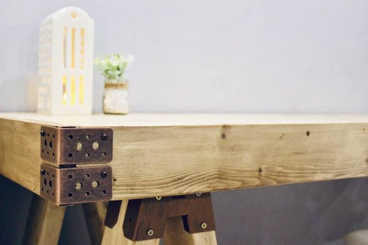 ブロンズ色がアクセントになっているソーホースブラケットテーブル