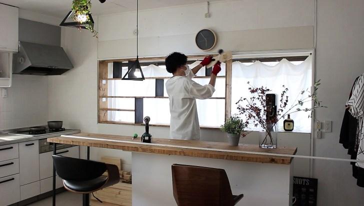 ゴム製のハンマーを使って無理やり出窓にはめ込む