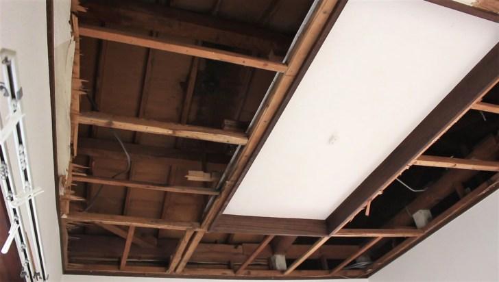 天井を解体して屋根裏の雨漏り箇所を特定