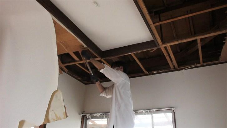 一枚ずつ天井を解体する