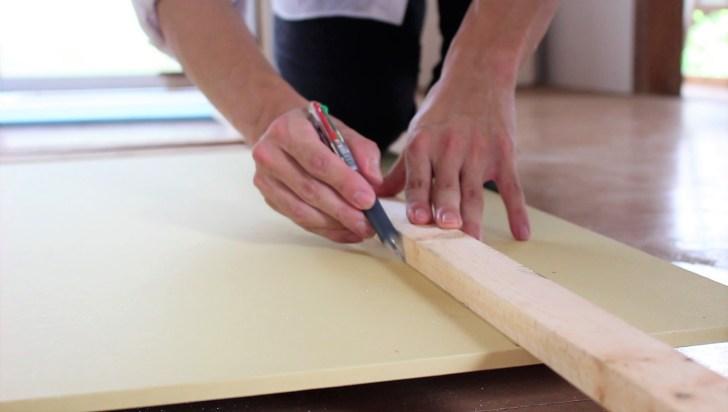 天井のサイズに合わせて石膏ボードに線を引く