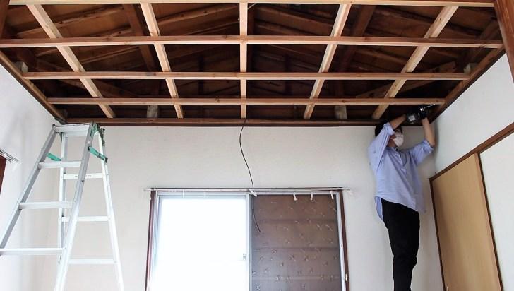 DIYで天井の骨組みになる野縁をビスで固定