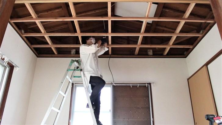 DIYで天井の骨組みを固定する吊り木のサイズを測る