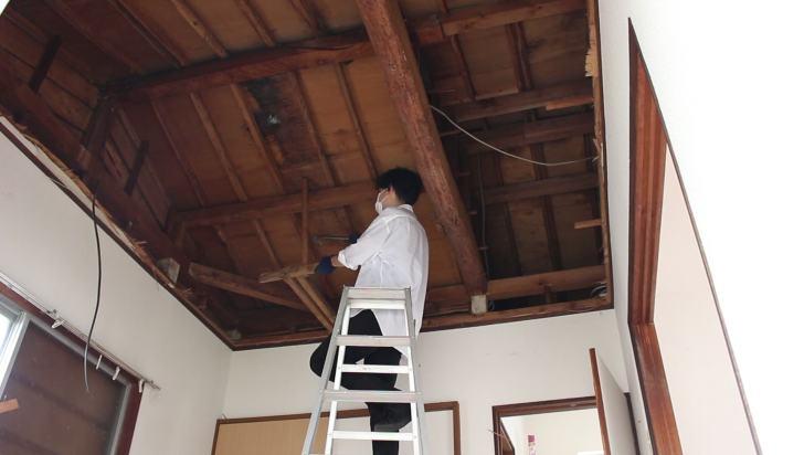 吊り木で固定されている天井の骨組み