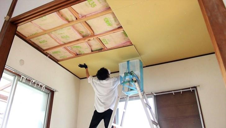天井にはめてみるが石膏ボードのサイズが合わない
